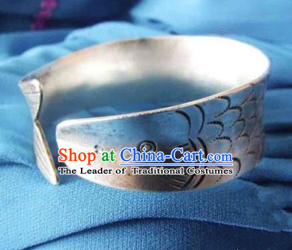 Traditional Chinese Miao Nationality Bracelet, Hmong Folk Wedding Sliver Bracelet, Chinese Minority Nationality Miao Fish Bracelet Jewelry Accessories for Women