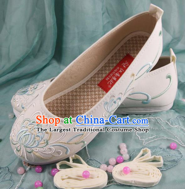 Chinese Handmade Embroidered Chrysanthemum White Cloth Shoes Traditional Ming Dynasty Hanfu Shoes Princess Shoes for Women