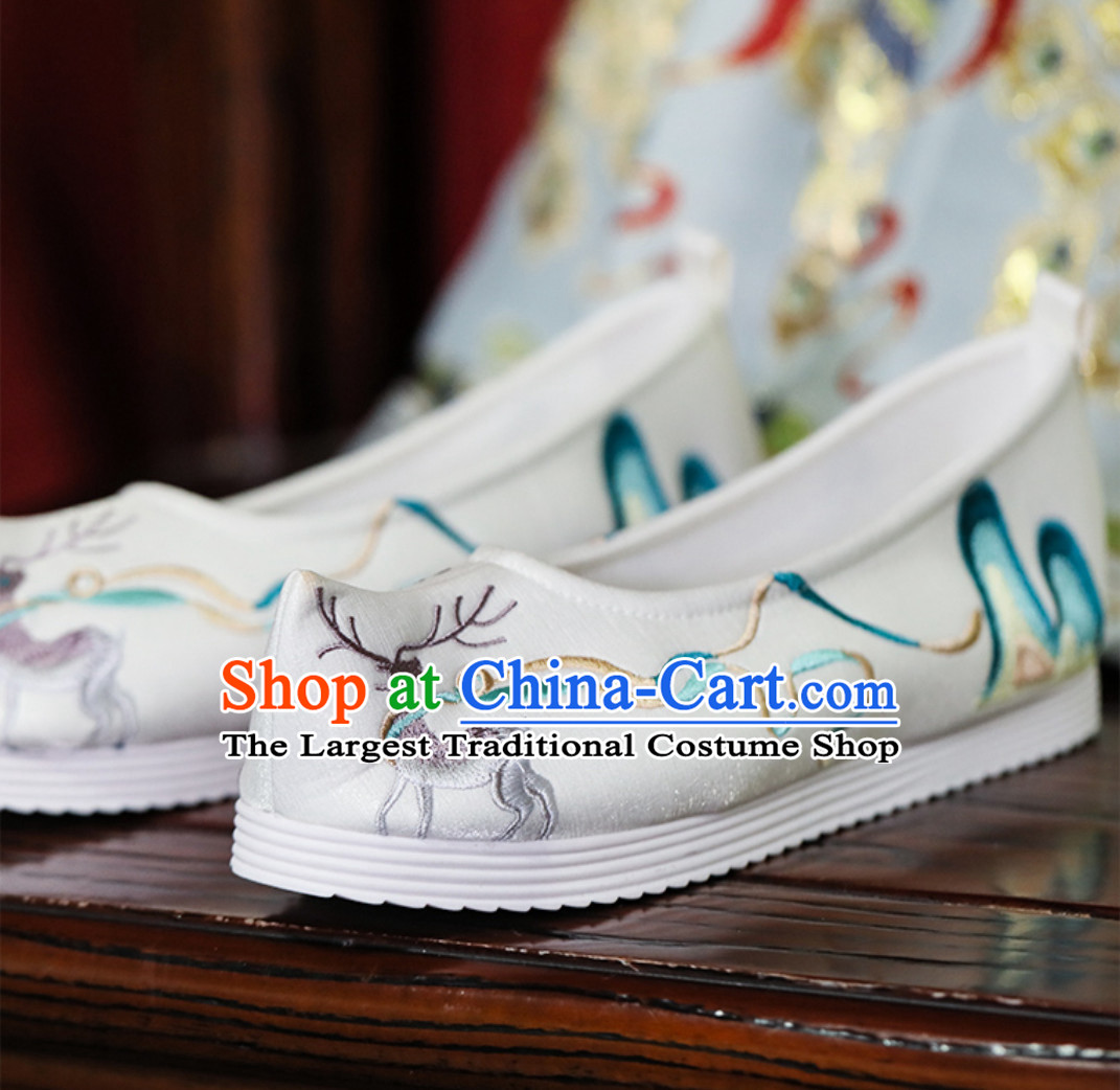 Chinese Traditional Handmade Embroidered Mountain and Deer Shoes